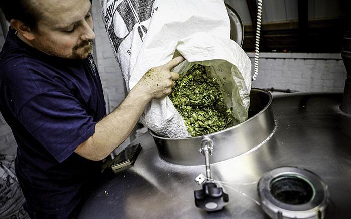 Nấu hoa bia là quá trình đun sôi dịch đường với hoa houblon nhằm trích ly các thành phần chất tan của hoa vào dịch đường. Mặt khác, đun sôi