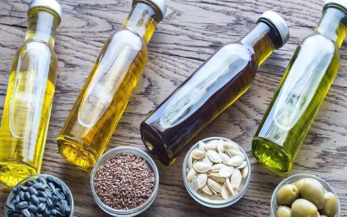 """Dầu ăn có nhiều lựa chọn nhưng cũng không kém phần gây """"bối rối"""". Vậy đâu là loại dầu thực vật dùng nấu ăn tốt cho sức khỏe..."""