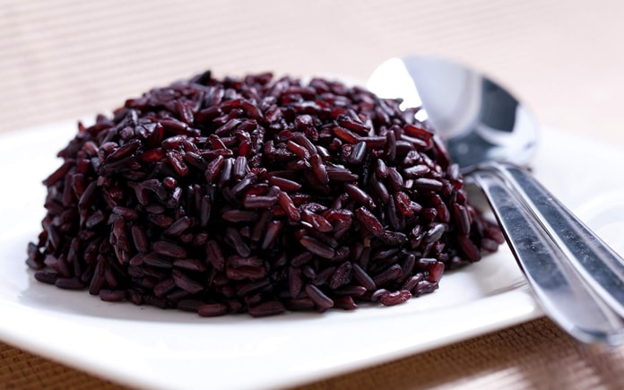 Gạo tím có màu sẫm, còn có tên gọi khác là gạo đen hay gạo cẩm. Gạo tím được cho là có nhiều lợi ích đối với sức khỏe hơn gạo trắng và gạo lứt