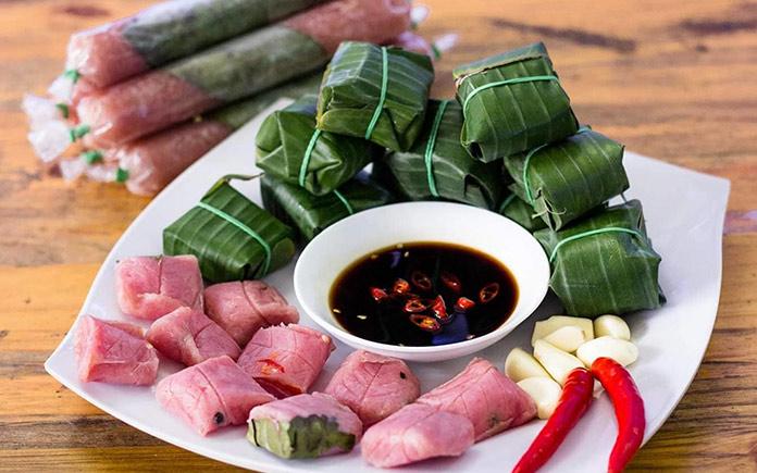 Nem chua truyền thống là món ăn được chế biến qua nhiều công đoạn, từ khâu chọn nguyên liệu cho tới khâu đóng gói thành phẩm...
