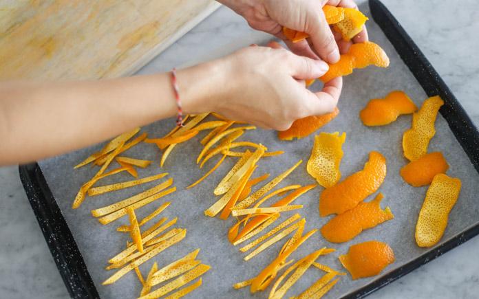 Công dụng của vỏ cam khá đa dạng như hỗ trợ giảm cân, giúp ích cho tim mạch,... Ngoài ra, vỏ cam còn được dùng làm mứt khô