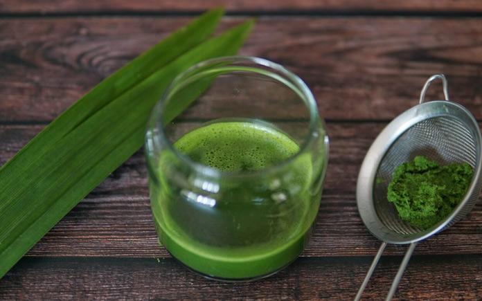 Lá dứa là thực phẩm được sử dụng phổ biến trong đời sống. Ngoài việc dùng để tạo màu sắc cho món ăn thì chúng còn giúp giảm dị ứng da